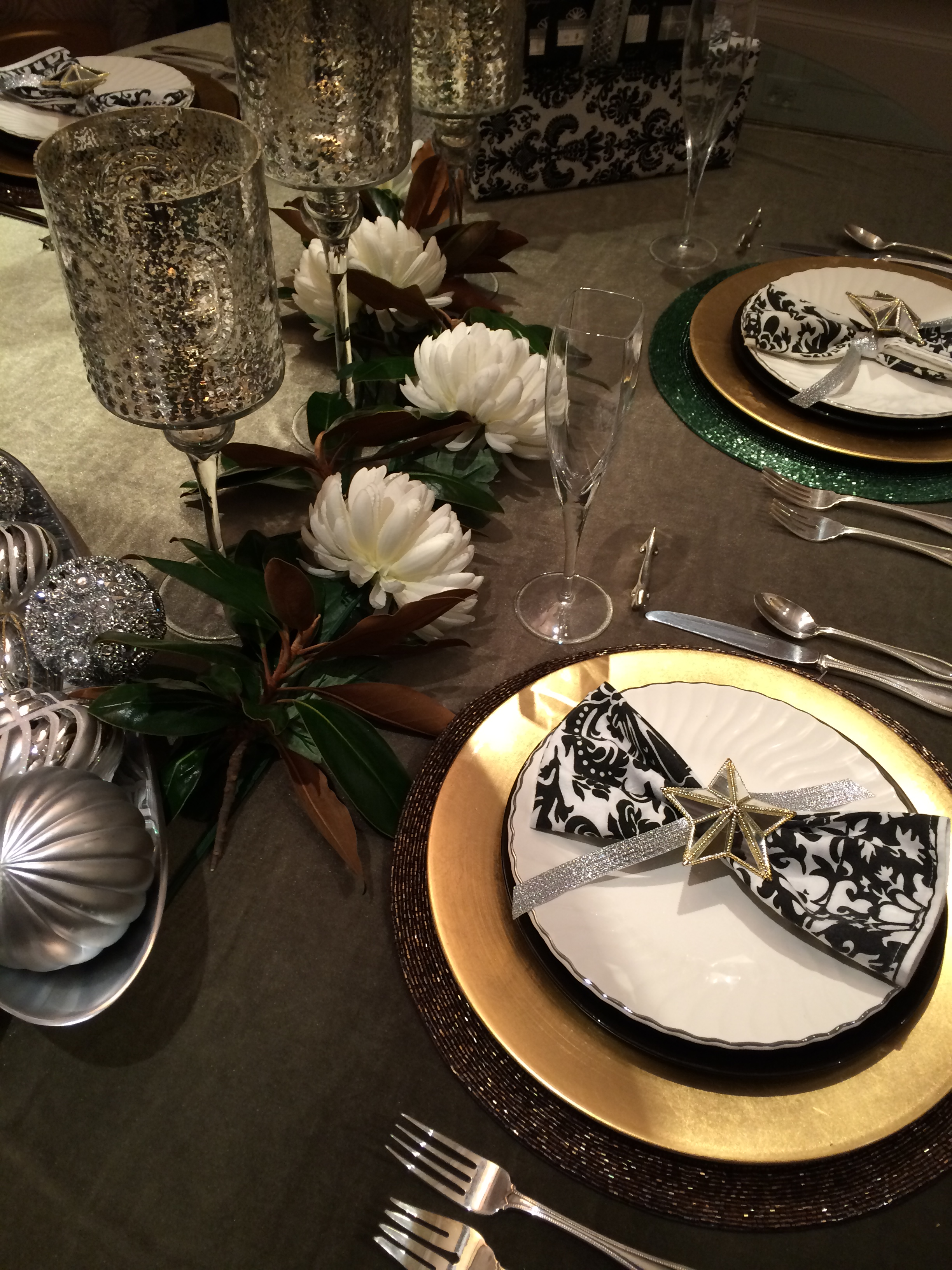 Simple Ideas To Dress Your Holiday Table & Make It Pretty