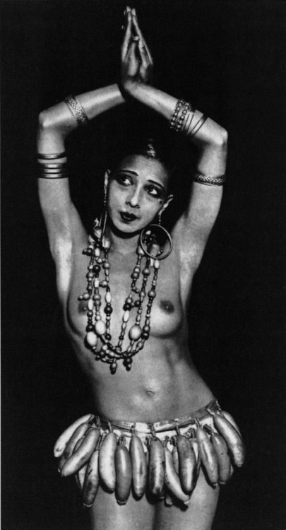 Josephine Baker in banan skirt 1925